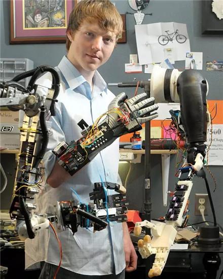 """震惊美科技界的""""机械臂""""少年"""